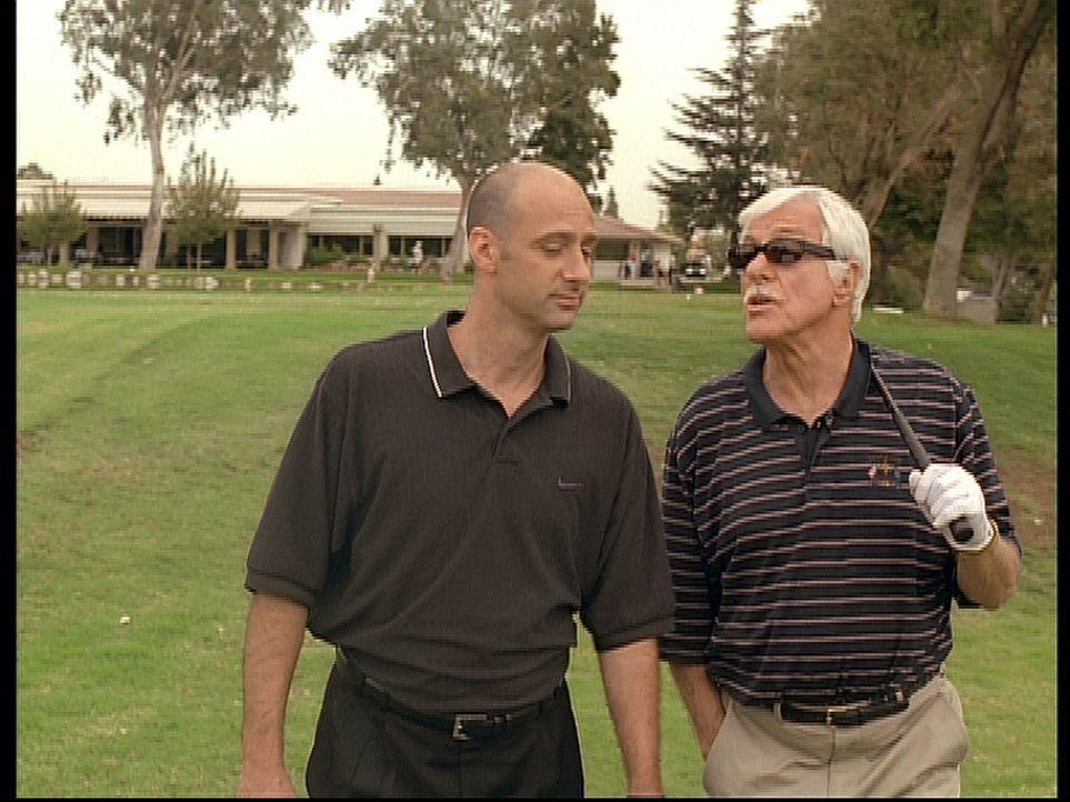 Mark (Dick Van Dyke, r.) gibt sich als der Gangsterboss Greg aus und versucht, Eddie (David Marciano, l.) ein Mordgeständnis zu entlocken. - Bildquelle: Viacom