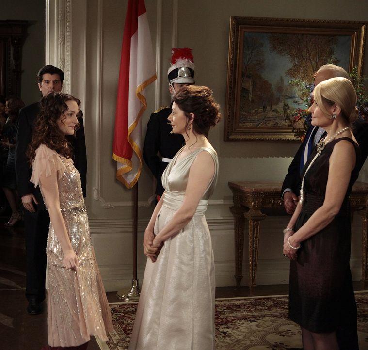 Louis' Eltern sind nach New York gekommen und überraschend trifft Blair (Leighton Meester, l.) auf seine Mutter (Joanne Whalley, M.). Diese ist nich... - Bildquelle: Warner Bros. Television