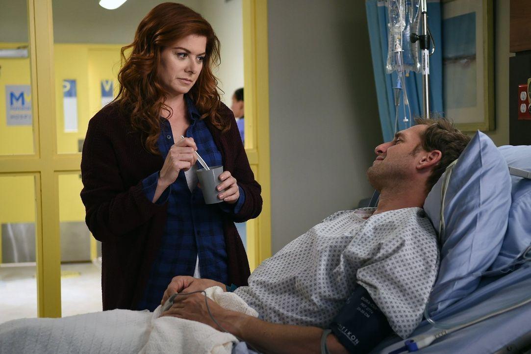 Nachdem Jake (Josh Lucas, r.) mit einer schweren Schussverletzung ins Krankenhaus eingeliefert wurde, macht sich Laura (Debra Messing, l.) große Sor... - Bildquelle: Warner Bros. Entertainment, Inc.