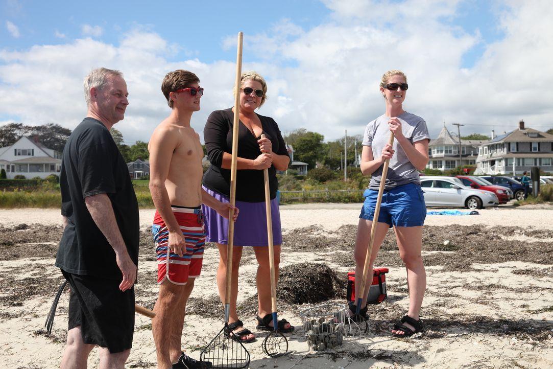 Kristen (2.v.r.), Chuck (l.) und ihre beiden Kinder suchen nach einem Zweitwohnsitz am Meer. Doch reicht ihr Budget wirklich aus? - Bildquelle: 2013,HGTV/Scripps Networks, LLC. All Rights Reserved