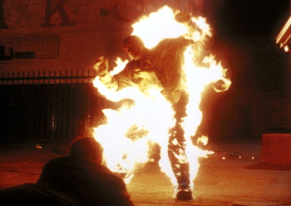 Der Barkeeper (Obi Ndefo, M.) ist von einem Dämon beseelt. - Bildquelle: TM +   2000 Twentieth Century Fox Film Corporation. All Rights Reserved.