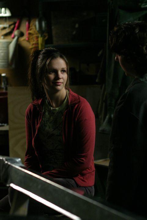 Helen glaubt mittlerweile, dass ihre Tochter langsam, aber sicher verrückt wird, als Joan (Amber Tamblyn) sich so sehr mit dem Bootsbau beschäftig... - Bildquelle: Sony Pictures Television