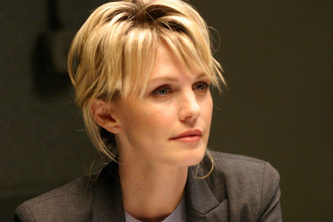 Lilly Rush (Kathryn Morris) öffnet erneut die Akten zu einem Mordfall, der 22 Jahre zurückliegt. - Bildquelle: Warner Bros. Television