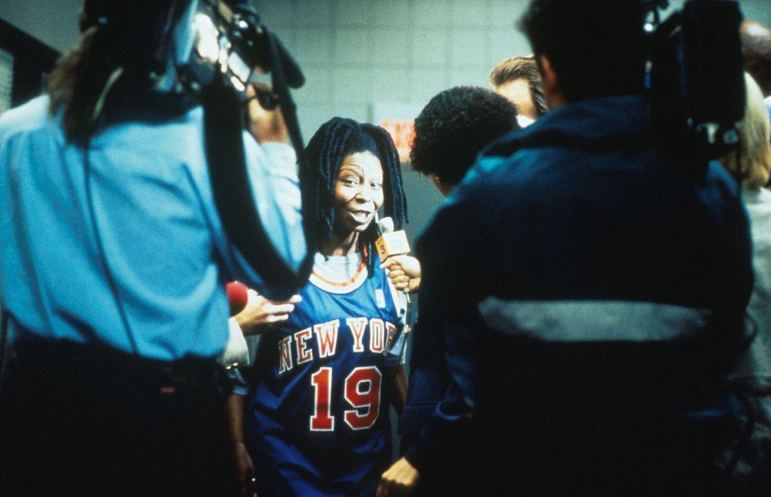 Der neue Star im Basketball Himmel: Coach Eddie (Whoopie Goldberg, M.) ... - Bildquelle: Myles Aronowitz Buena Vista Pictures