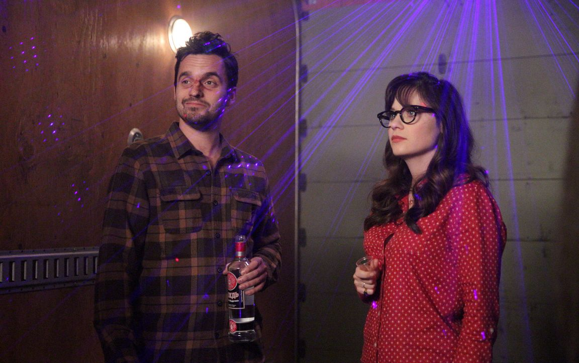 Noch ahnen Nick (Jake Johnson, l.) und Jess (Zooey Deschanel, r.) nicht, dass die Junggesellenabschiede, die sie als Treuzeugen organisiert haben, v... - Bildquelle: Adam Taylor 2016 Fox and its related entities.  All rights reserved.