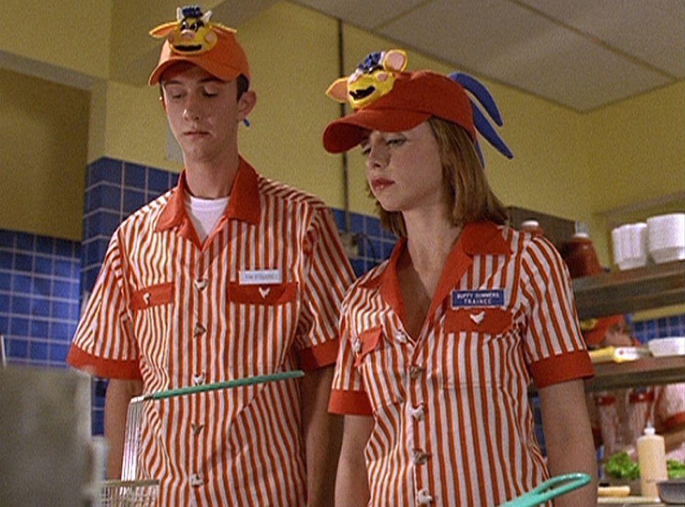 Buffy (Sarah Michelle Gellar, r.) braucht dringend Geld und nimmt einen Job in einem Hamburger-Restaurant an, das damit wirbt, dass die Hamburger ei... - Bildquelle: TM +   Twentieth Century Fox Film Corporation. All Rights Reserved.