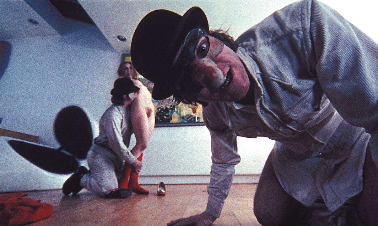Alex (Malcolm McDowell, r.) und seine Freunde Pete, Georgie und Dim sind ständig auf der Suche nach dem Ultrabrutalem, dem schier Unvorstellbarem ... - Bildquelle: Warner Bros. Television