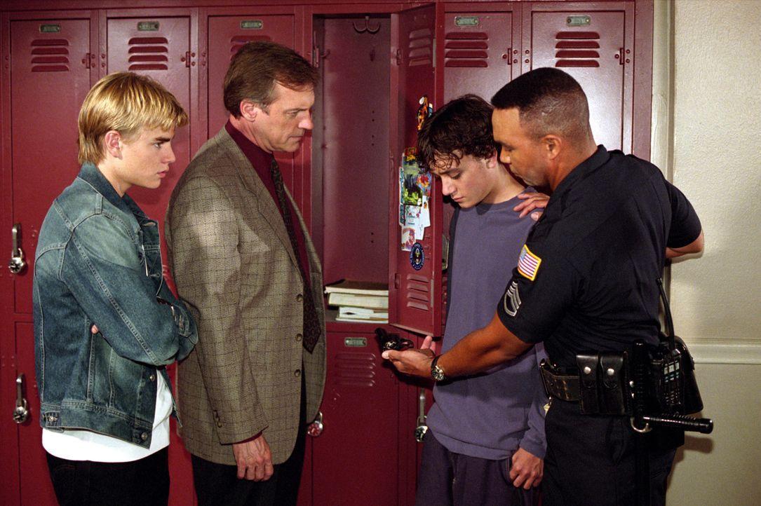 Simons (David Gallagher, l.) Mitschüler Mick (Brian Sites, 2.v.r.), der von den anderen Jungs der Klasse gehänselt wird, plant sich zu rächen. Simon... - Bildquelle: The WB Television Network