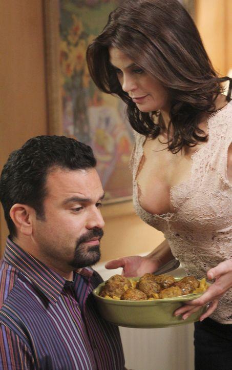 Um sich an Mike für sein Verhalten zu rächen, schmeißt sich Susan (Teri Hatcher, r.) mit vollem Körpereinsatz Carlos (Ricardo Antonio Chavira, l.) a... - Bildquelle: ABC Studios
