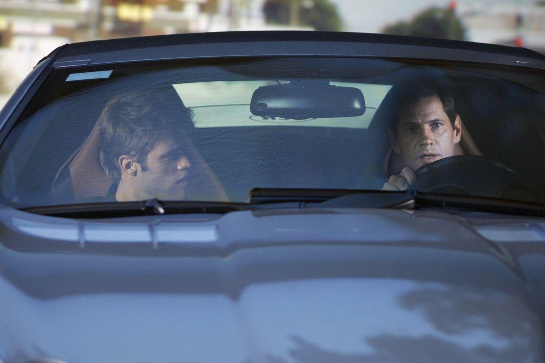 David (Shaun Sipos, l.) hat kein gutes Verhältnis zu seinem Dad Michael (Thomas Calabro, r.), denn beide hatten eine Affäre mit der gleichen Frau... - Bildquelle: 2009 The CW Network, LLC. All rights reserved.
