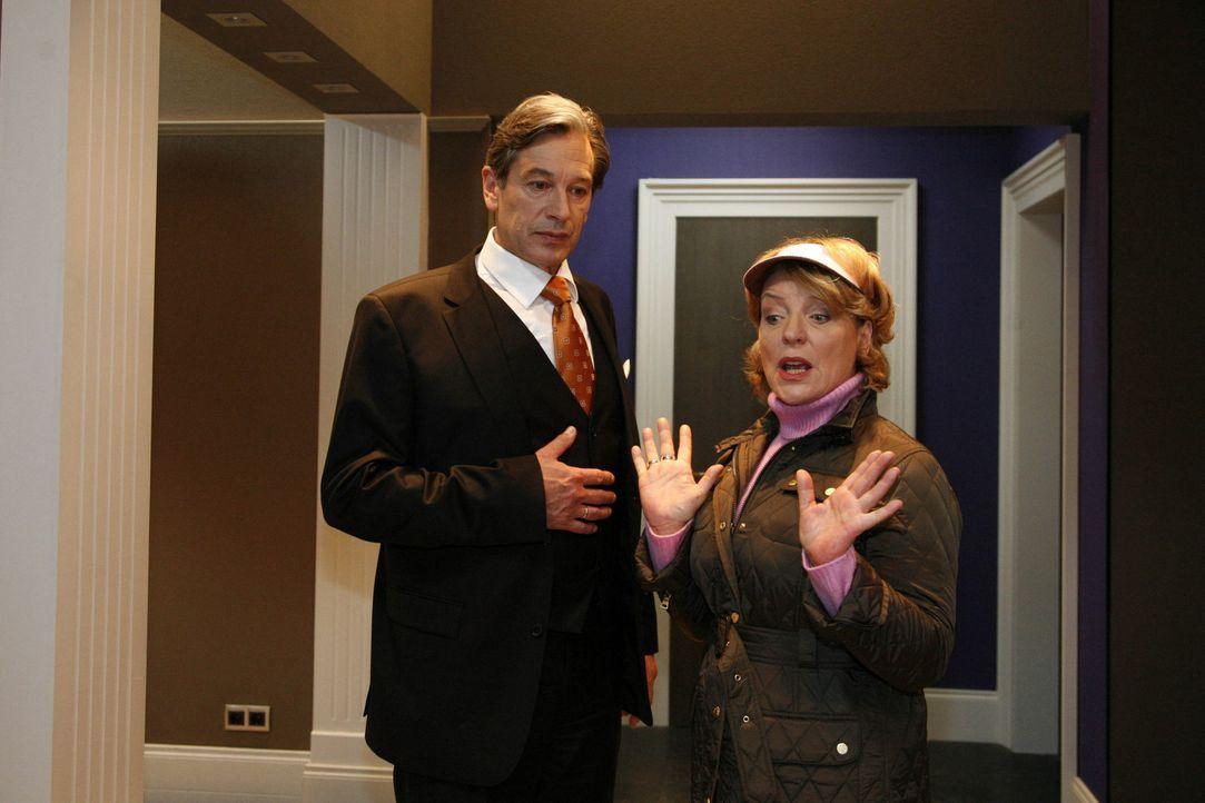 Nach dem schrecklichen Date mit Philip kann Julius (Günter Barton, l.) die Herzogin von Devon (Peggy Lucas, r.) nur mit größter Mühe beruhigen ... - Bildquelle: SAT.1