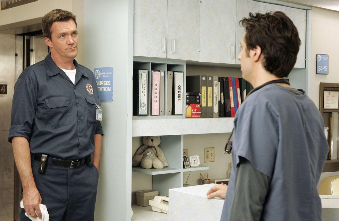 Entsetzt stellt der Hausmeister (Neil Flynn, l.) fest, dass J.D. (Zach Braff, r.) die Namen seiner Kollegen nicht kennt. Kurzerhand fordert er ihn d... - Bildquelle: Touchstone Television