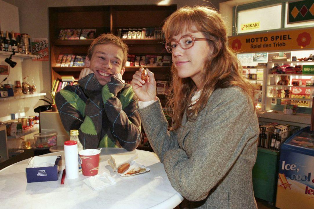 Lisa (Alexandra Neldel, r.) gibt gegenüber Jürgen (Oliver Bokern, l.) zu, dass sie anfängt, Rokkos Gesellschaft zu genießen. (Dieses Foto von Al... - Bildquelle: Noreen Flynn Sat.1