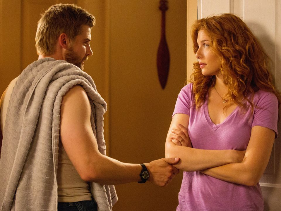 Mit Junior ist genauso wenig zu spaßen, wie mit seinem Vater Big Jim. Doch noch ahnen dies Barbie (Mike Vogel, l.) und Julia (Rachelle LeFevre, r.)... - Bildquelle: 2013 CBS Broadcasting Inc. All Rights Reserved