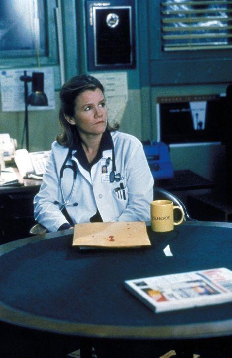 Dr. Lee (Mare Winningham), die neue Chefärztin, hat einen Ohrring verloren. Sie ist traurig, dass er nicht gefunden wird, denn sie verbindet damit E... - Bildquelle: TM+  2000 WARNER BROS.