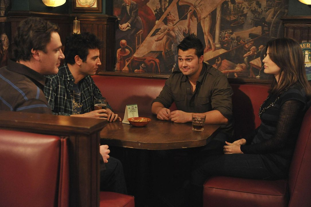 In einer Bar treffen die Freunde Ted (Josh Radnor, 2.v.l.), Marshall (Jason Segel, l.) und Robin (Cobie Smulders, r.) auf New York Yankee Spieler Ni... - Bildquelle: 20th Century Fox International Television