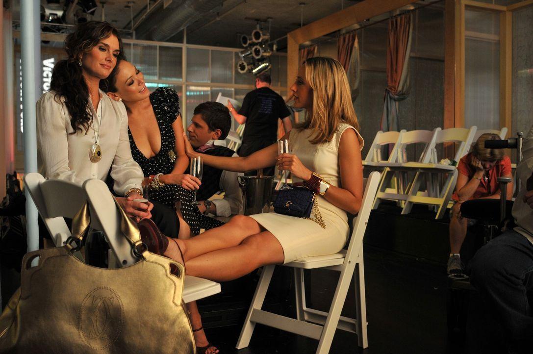 Freuen sich auf die Eröffnung des Flagship-Stores: Wendy (Brooke Shields, l.), Victory (Lindsay Price, M.) und Nico (Kim Raver, r.) .. - Bildquelle: NBC, Inc.