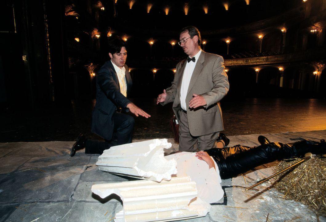 """Während der Aufführung von """"Romeo und Julia"""" wird der Hauptdarsteller von einem herabstürzenden Dekorationsstück erschlagen. Moser (Tobias Moretti, l.) und Dr. Graf (Gerhard Zemann, r.) untersuchen die Leiche und stellen fest, dass der Unfall eindeutig ein Mordanschlag war ..."""