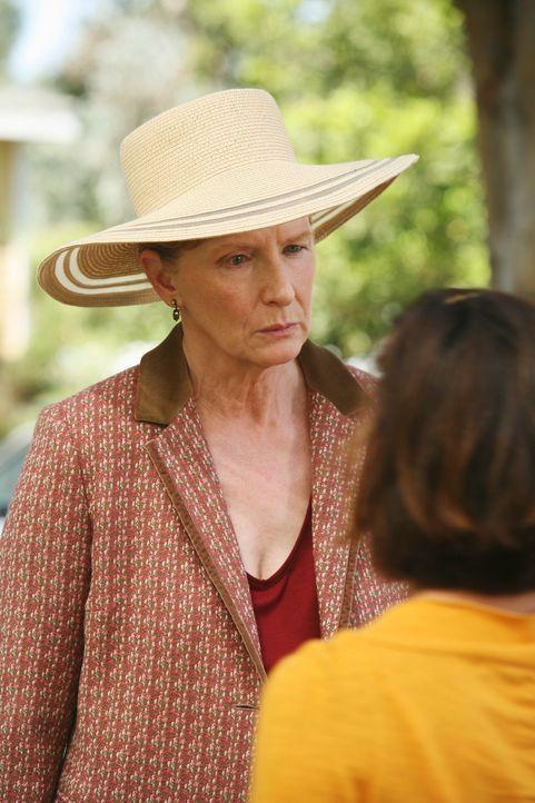 Gabrielle (Eva Longoria, r.) und Carlos werden von Mrs. Hildebrand (Frances Conroy, l.) über das Wochenende eingeladen, sich in ihrem Haus verwöhnen... - Bildquelle: ABC Studios