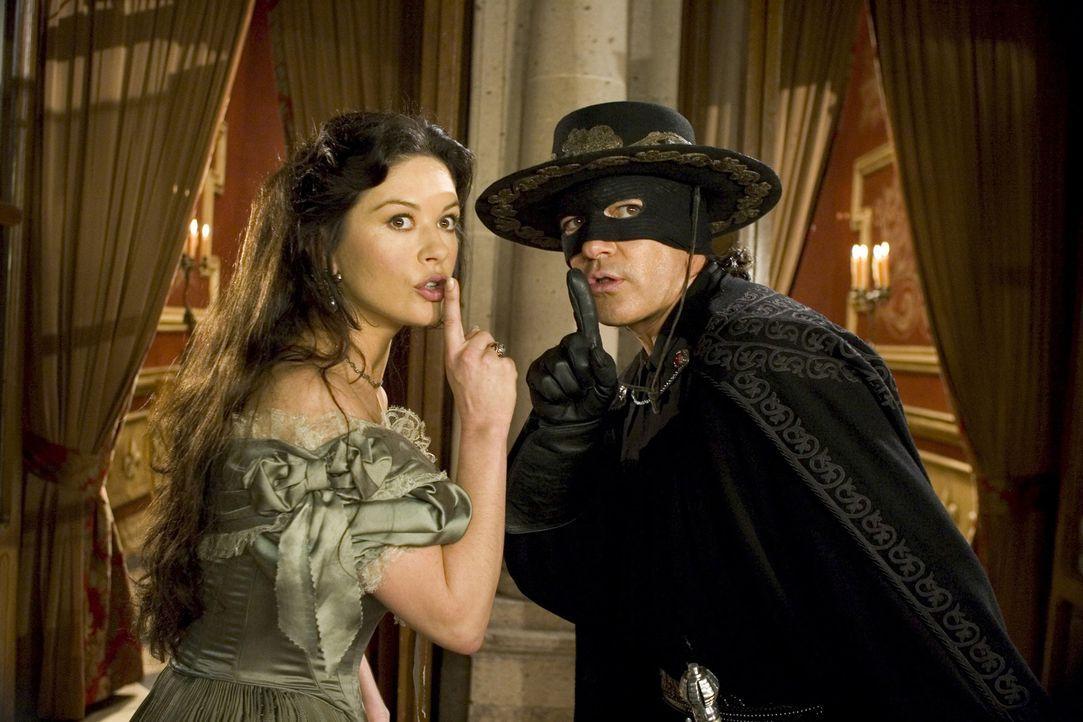 Zorro (Antonio Banderas, r.) ist wieder da. Doch seine Ehefrau (Catherine Zeta-Jones, l.), ist über den Einsatz ihres Alejandro nicht begeistert, i... - Bildquelle: Sony Pictures Television International. All Rights Reserved.