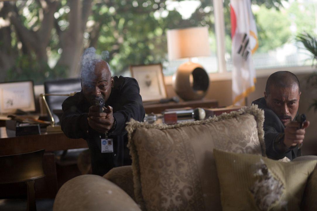 """Neil (Anthony """"Treach"""" Criss, l.) und Kim (Leo Lee, r.) müssen im Wettlauf gegen die Zeit einen atomaren Anschlag auf eine Friedenskonferenz verhin... - Bildquelle: 2009 Sony Pictures Home Entertainment Inc. All Rights Reserved."""