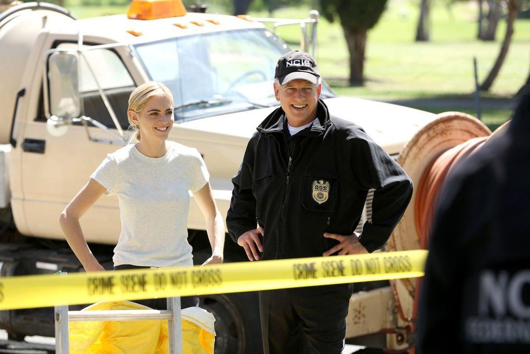 Bishop (Emily Wickersham, l.) und Gibbs (Mark Harmon, r.) ganz entspannt - obwohl ihr neuer Fall sie vor viele Rätsel stellt ... - Bildquelle: CBS Television