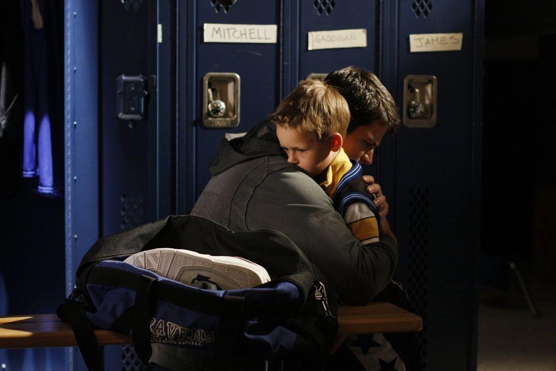 Der plötzliche Tod von Quentin belastet Nathan (James Lafferty, l.) sehr. Auch Jamie (Jackson Brundage, r.) leidet darunter und will anfangs gar nic... - Bildquelle: Warner Bros. Pictures