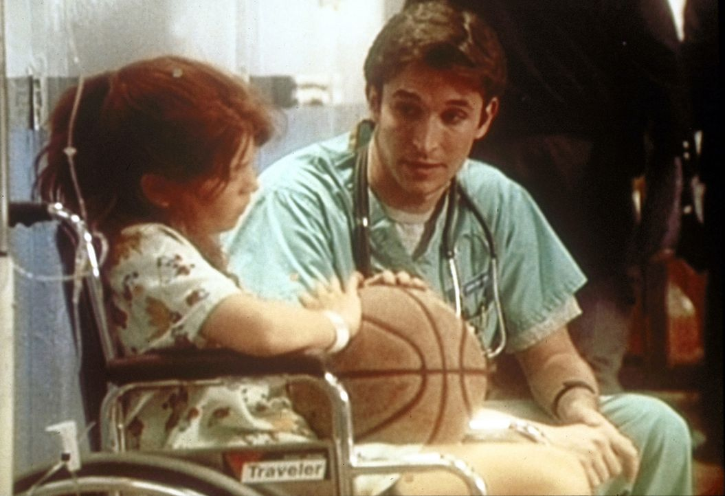 Carter (Noah Wyle, r.) versucht, die Basketballspielerin Annie zu trösten, die ein wichtiges Spiel versäumt. - Bildquelle: TM+  WARNER BROS.