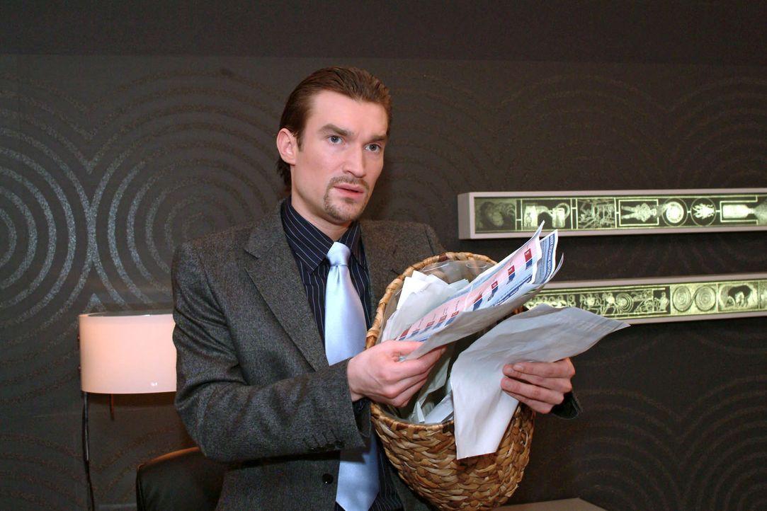 Entsetzt durchwühlt Richard (Karim Köster) Davids Papierkorb, um zu erfahren, wie - und ob - sein Konkurrent für die Präsentation vorbereitet is... - Bildquelle: Sat.1