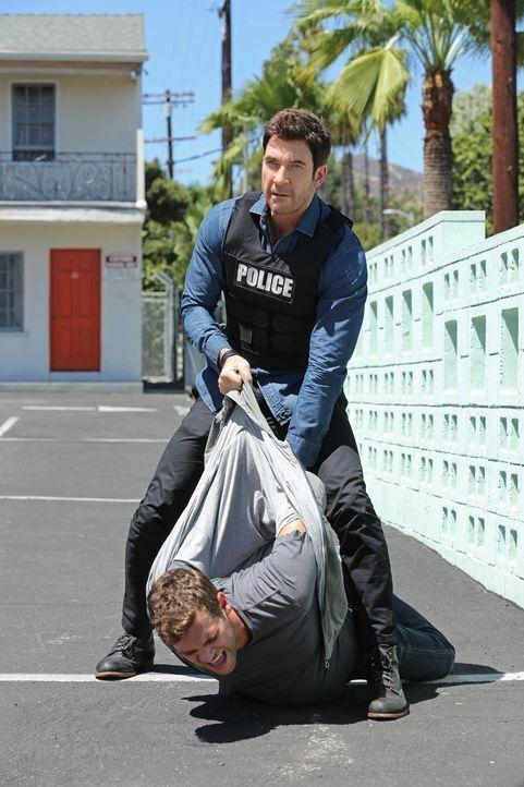 Hat Paul (Preston Jones, vorne) seine Ex-Freundin während ihrer Hochzeit erschossen? Jack (Dylan McDermott, hinten) und seine Kollegen versuchen die... - Bildquelle: Warner Bros. Entertainment, Inc.