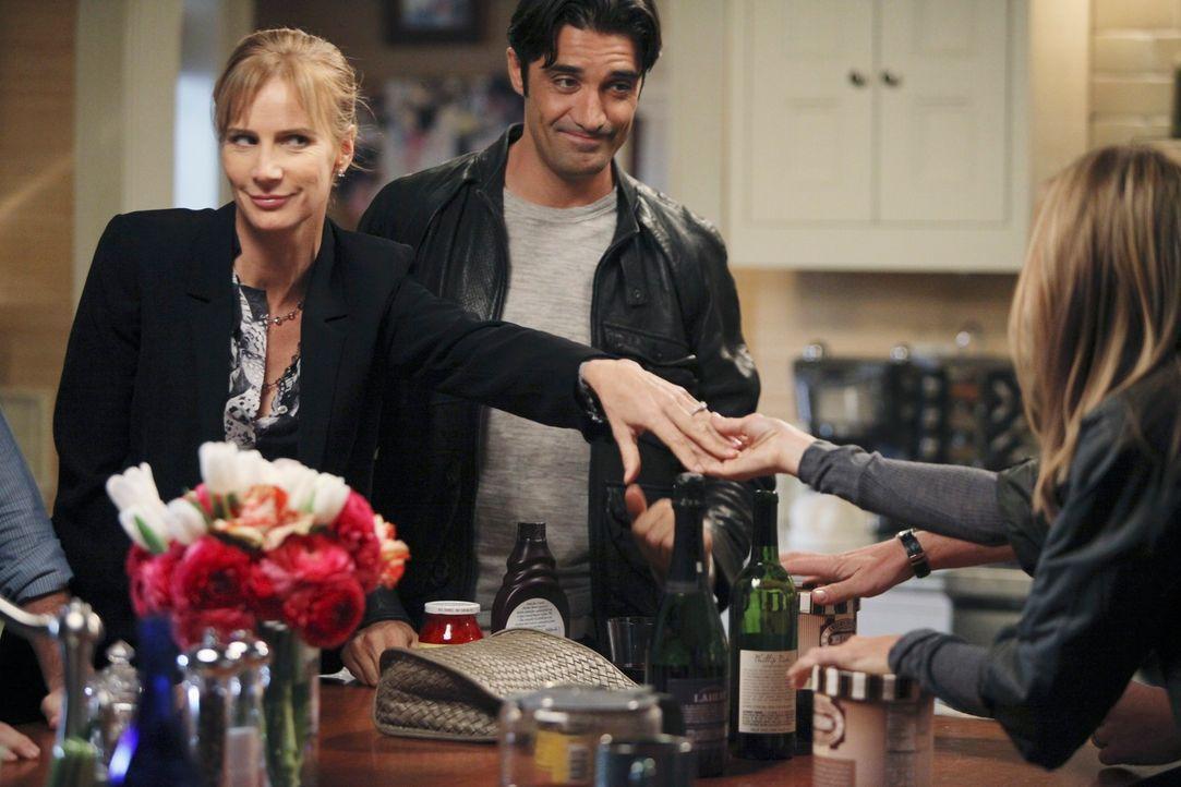 Luc (Gilles Marini, M.) und Sarah (Rachel Griffiths, l.) verkünden, dass sie sich verlobt haben. Kitty (Calista Flockhart, r.) freut sich für die... - Bildquelle: 2010 American Broadcasting Companies, Inc. All rights reserved.