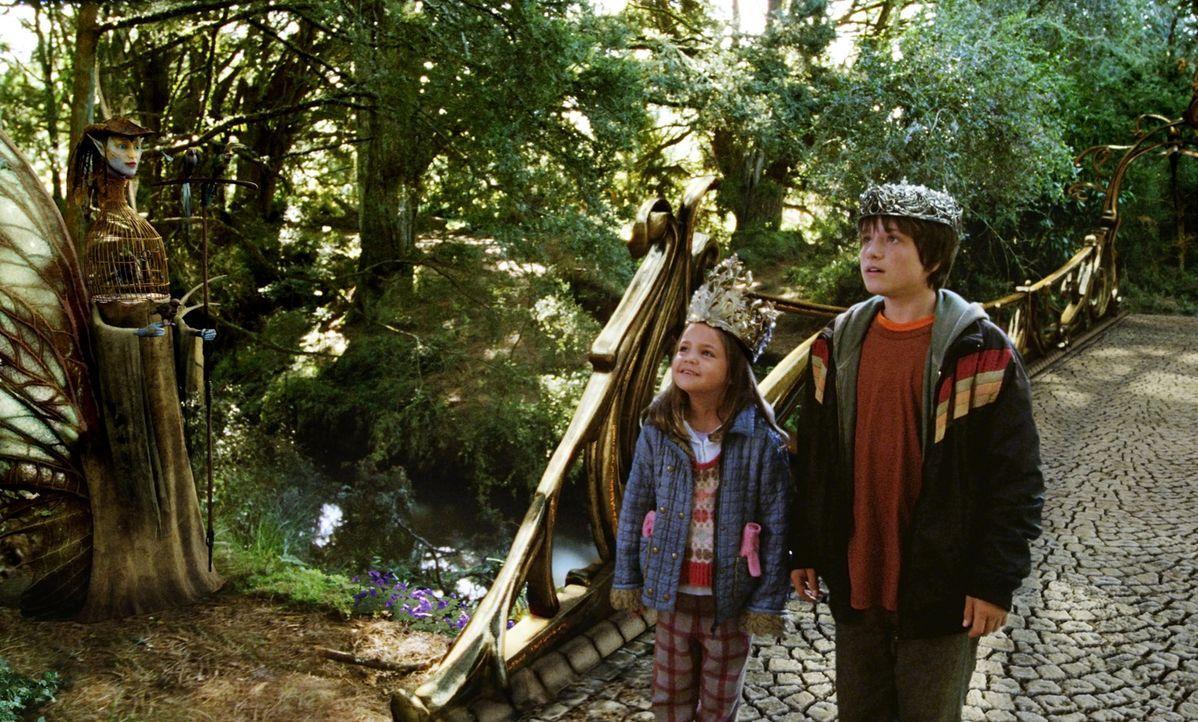 Um Leslie zu retten, müssen Jess (Josh Hutcherson, r.) und seine kleine Schwester May Belle (Bailee Madison, l.) die Brücke nach Terabithia überq... - Bildquelle: 2006 Constantin Film, München