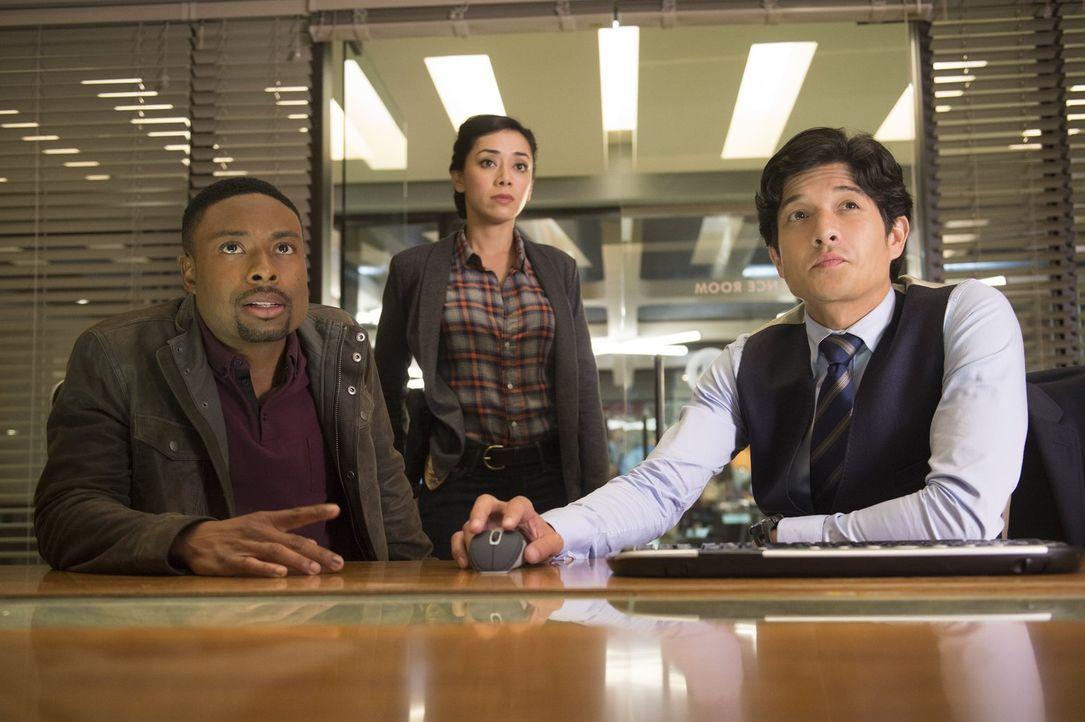 Ermitteln in einem neuen Fall - doch noch haben sie keine Hinweise auf die Täter: Carter (Justin Hires, l.), Lee (Jon Foo, r.) und Didi (Aimee Garci... - Bildquelle: Warner Brothers