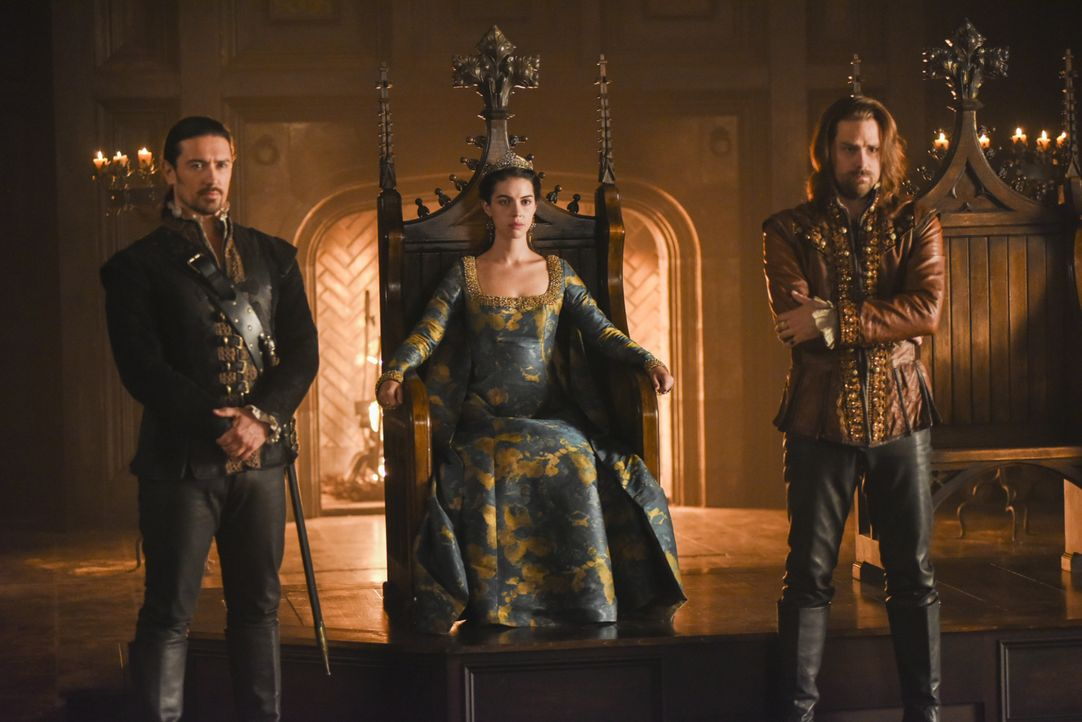 Königin Mary (Adelaide Kane, M.) stellt sich gegen ihren Ehemann und stärkt sich mit Lord Bothwell (Adam Croasdell, l.) und Rizzio (Andrew Shaver, r... - Bildquelle: John Medland John Medland/The CW -   2017 The CW Network, LLC. All Rights Reserved.