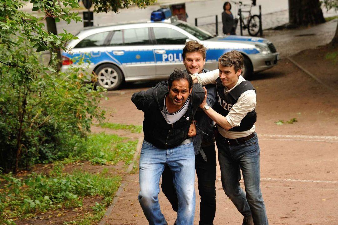 Nachdem eine junge Frau im Görlitzer Park ermordet wurde, räumen Fritz (Matthi Faust, M.) und Alexander (Alexander Khuon, r.) im Park auf ... - Bildquelle: Hardy Spitz SAT.1