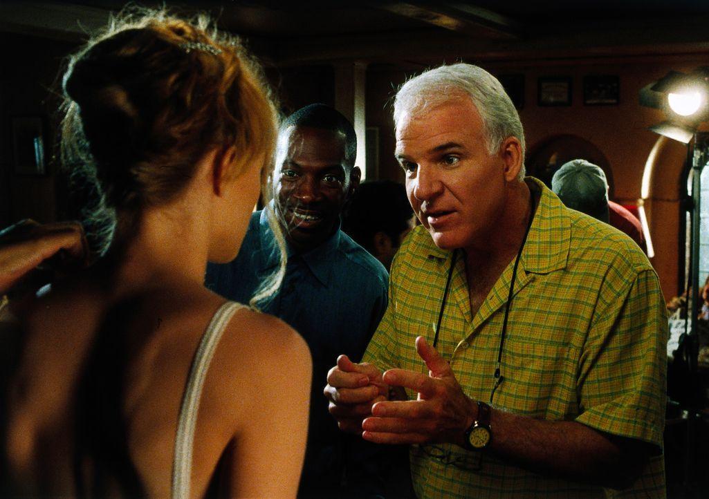 Bobby (Steve Martin, r.) gibt seinen Darstellerinnen letzte Anweisungen, wie sie an Kit herankommen, ohne dass dieser etwas von den Dreharbeiten bem... - Bildquelle: Universal Pictures