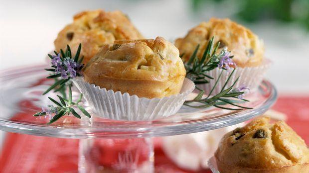 Köstliche Muffins mit Oliven und Feta schön dekoriert