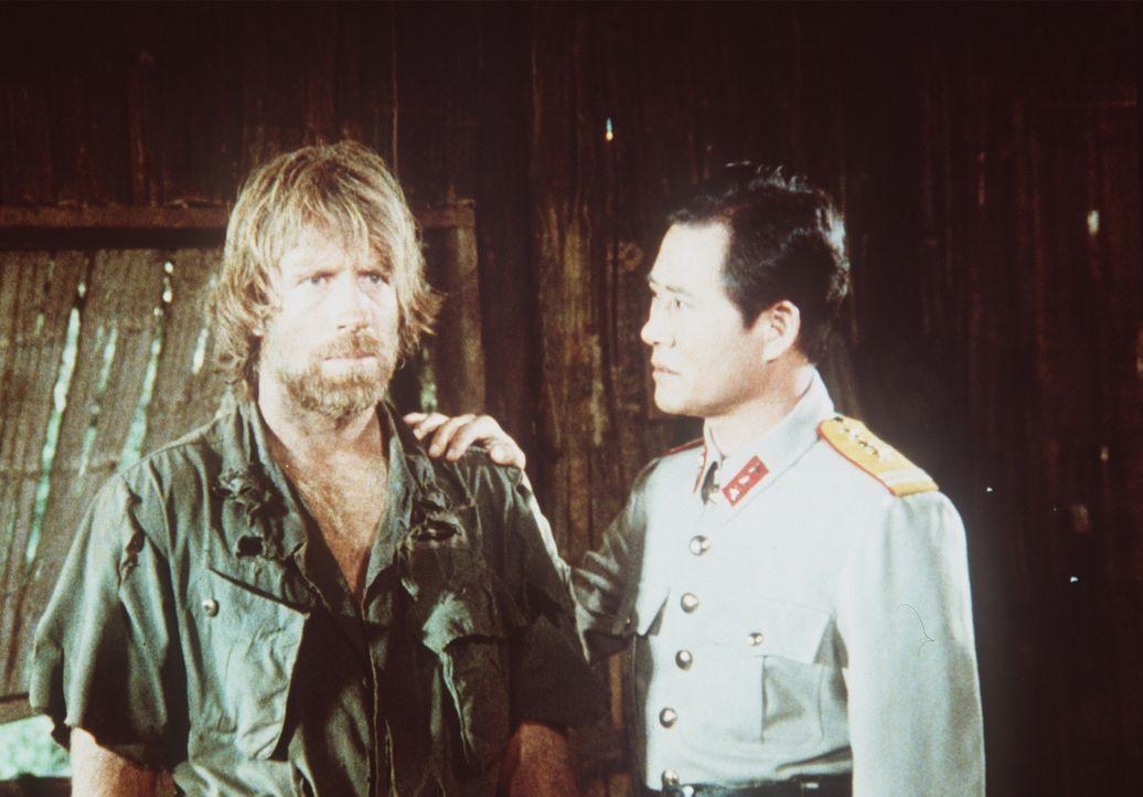 Colonel Braddock (Chuck Norris, l.) ist seit Monaten im Lager des sadistischen Kommandanten Yin (Soon-Teck Oh, r.) gefangen, der seinen Willen brech... - Bildquelle: Cannon Films