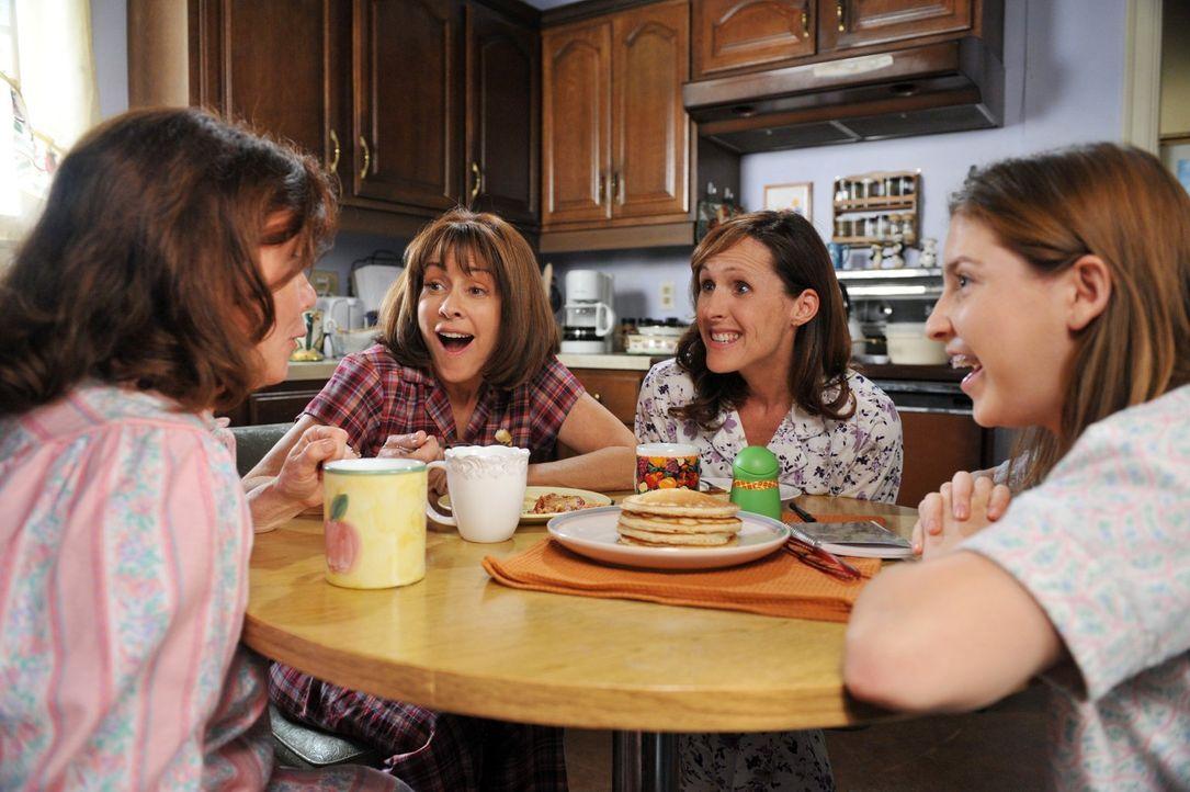 Sue (Eden Sher, r.) ist völlig aus dem Häuschen, weil sie an Thanksgiving Teil der Klatsch-Runden von Pat (Marsha Mason, l.), Frankie (Patricia Heat... - Bildquelle: Warner Brothers