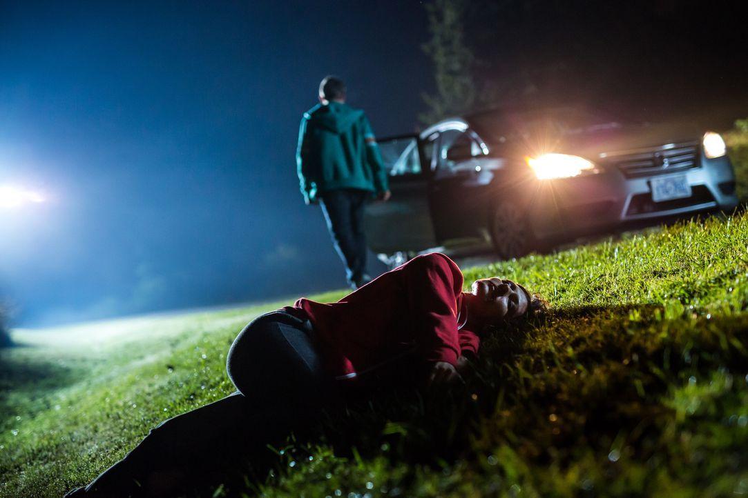 Der sadistische Peiniger Taylor (Paul Gagnon, hinten) entführt die alleinerziehende Mutter Carrie (Ashley Armstrong, vorne) und droht ihr damit, ihr... - Bildquelle: Darren Goldstein Cineflix 2015
