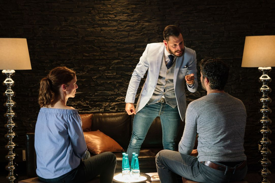 Musikproduzent Finn (Manuel Cortez, M.) ist fassungslos, als ihm klar wird, dass Ben (Pasquale Aleardi, r.) und Emma (Nadja Becker, l.) sein Angebot... - Bildquelle: Arvid Uhlig SAT.1