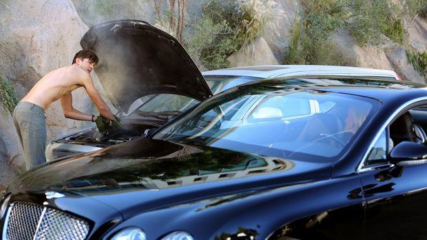 Walden (Ashton Kutcher, l.) hat sich Alans Auto ausgeliehen. Plötzlich gibt e...