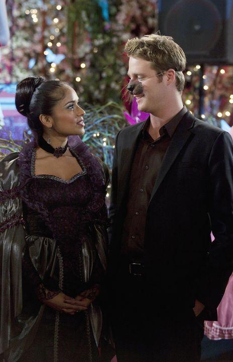 Ist das zwischen Rebecca (Dilshad Vadsaria, l.) und Evan (Jake McDorman, r.) doch mehr als nur Freundschaft? - Bildquelle: 2010 Disney Enterprises, Inc. All rights reserved.