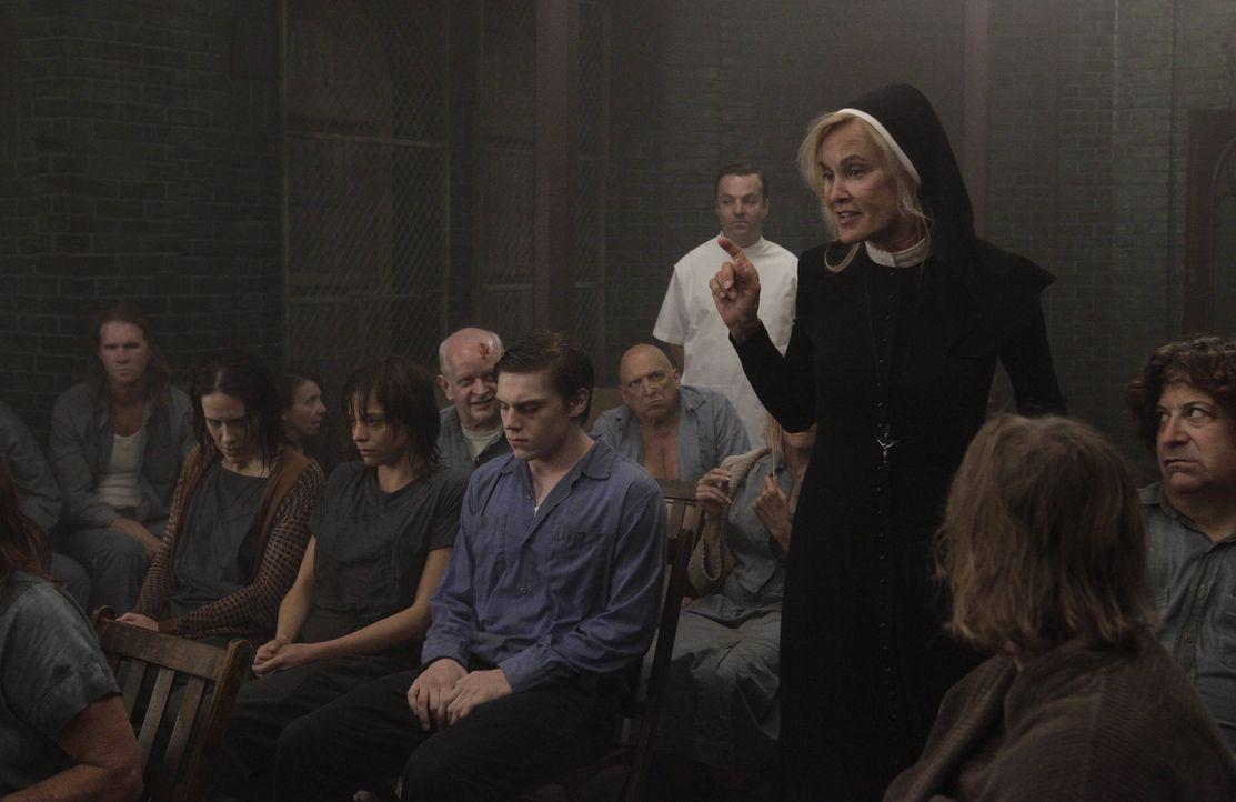 Jahr 1964: Ein heftiger Sturm nähert sich und die Patienten werden immer unruhiger. Schwester Jude Martin (Jessica Lange, 3.v.r.) will die Insassen... - Bildquelle: 2012-2013 Twentieth Century Fox Film Corporation. All rights reserved.