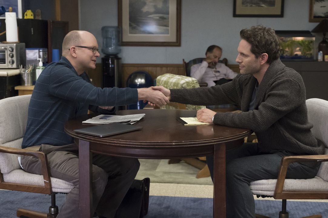 Philip (Mark Proksch, l.); Jack Griffin (Glenn Howerton, r.) - Bildquelle: Vivian Zink 2018 Universal Television LLC. ALL RIGHTS RESERVED./Vivian Zink