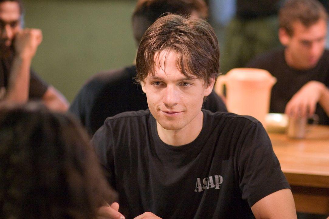 Um seine Freundin zu befreien, lässt sich Ben (Gregory Smith) ebenfalls ins Boot Camp einweisen. Doch zunächst muss er hilflos mitansehen, wie Sophi... - Bildquelle: Chris Large