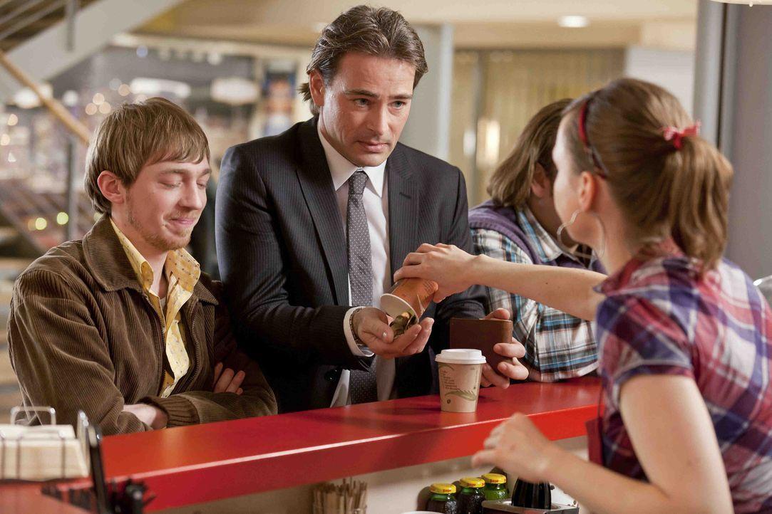 Während Kurt versucht, seinem neuen Freund Tom zu helfen, treffen bei Bea (Nadja Becker, r.) am Coffee-Shop Nils (Oliver Fleischer, 2.v.r.), Hannes... - Bildquelle: Frank Dicks SAT.1