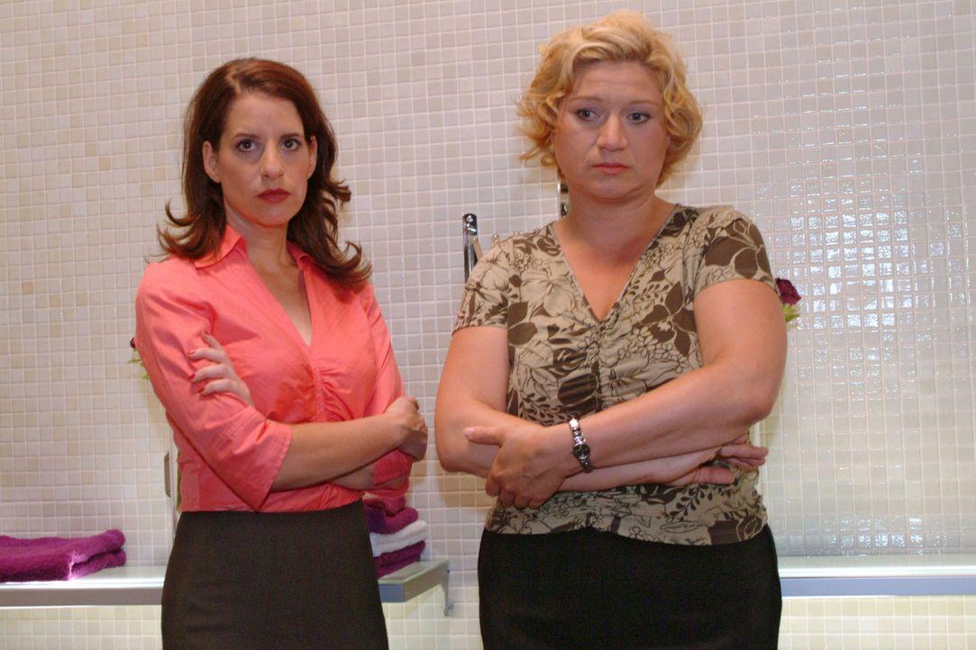 Agnes (Susanne Szell, r.) ist von ihrer ehemaligen Busenfreundin Inka (Stefanie Höner) völlig enttäuscht. - Bildquelle: Monika Schürle Sat.1