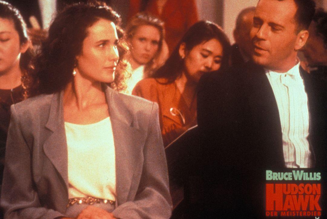 Der geplagte Meisterdieb Hudson Hawk (Bruce Willis, r.) ahnt nicht, welche Rolle die Kunstexpertin Dr. Anna Baragli (Andie MacDowell, l.) in dieser... - Bildquelle: Columbia TriStar