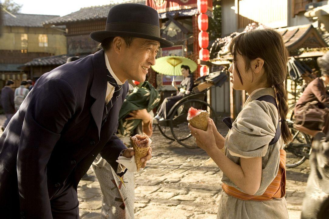 Die kleine Chiyo (Suzuka Ohgo, r.) macht auf der Straße die Bekanntschaft mit dem Direktor (Ken Watanabe, l.), der ihr eine Geschichte erzählt, di... - Bildquelle: 2005 Sony Pictures Television International.